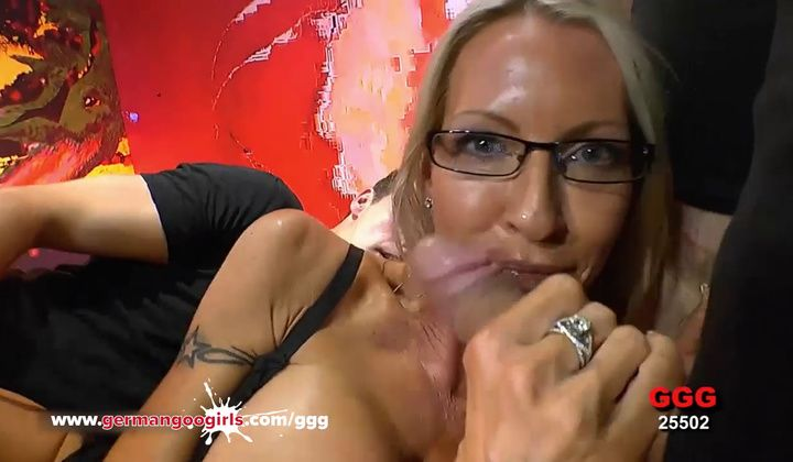 Mature Emma Starr First Gangbang In Bukkake Arena - German …